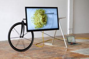 自転車とテレビが融合!? 車輪付きの「テレビスタンド」登場