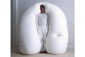 立ったまま眠るベッド? 世界のおもしろベッドアイデア集