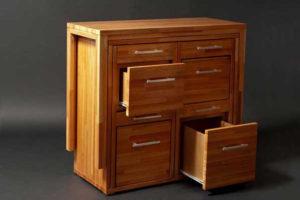 スペースを有効活用する「イスとテーブルと収納棚」がすべてセットになった家具